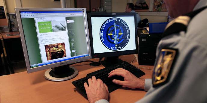 Un gendarme de la Division de lutte contre la cybercriminalité du département de surveillance Internet.