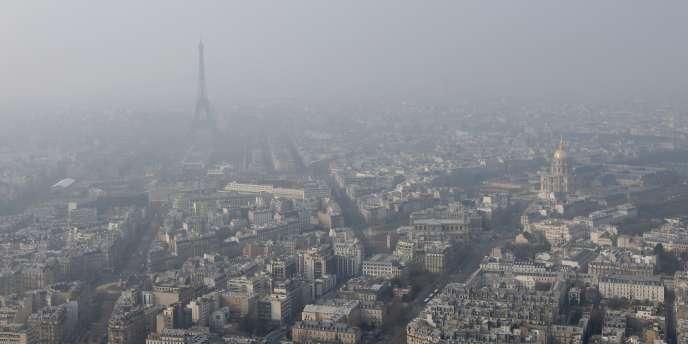 La tour Eiffel noyée dans une brume de particules le 18 mars 2015.