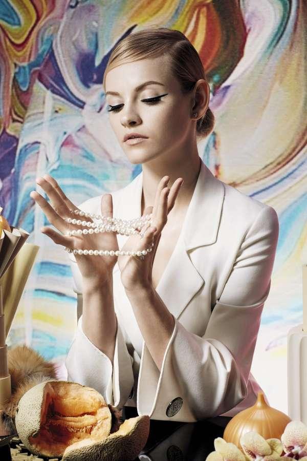 """Veste en laine, Giorgio Armani. Collier en perles de culture d'Akoya, Mikimoto. Boucles d'oreilles """"princess""""  en or blanc  et diamants, Arthus Bertrand."""