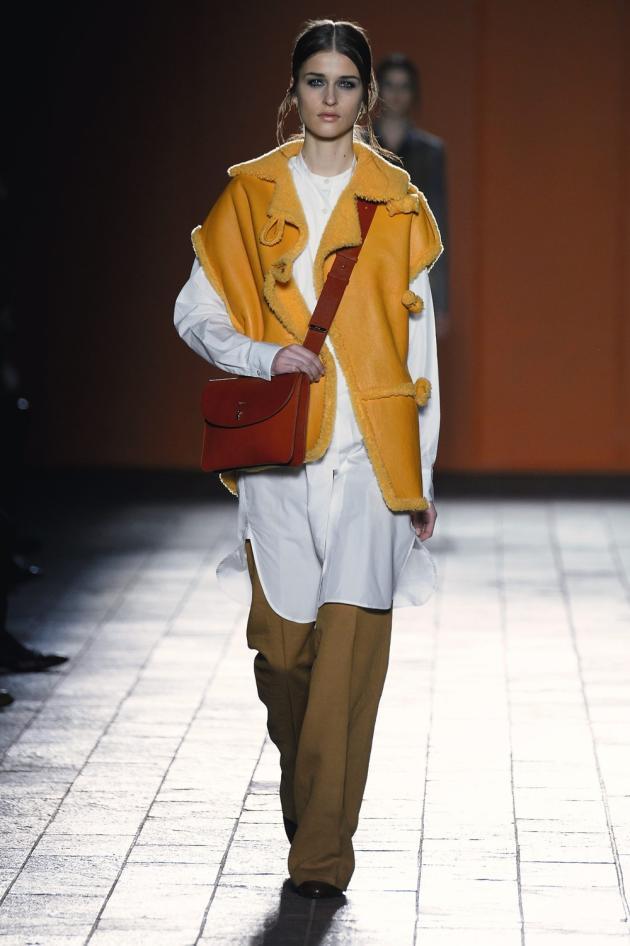 Pièce incontournable du vestiaire hivernal, le manteau se porte cette saison en peau retournée, immaculée chez Kenzo, sans manches et d'une couleur audacieuse chez Paul Smith.