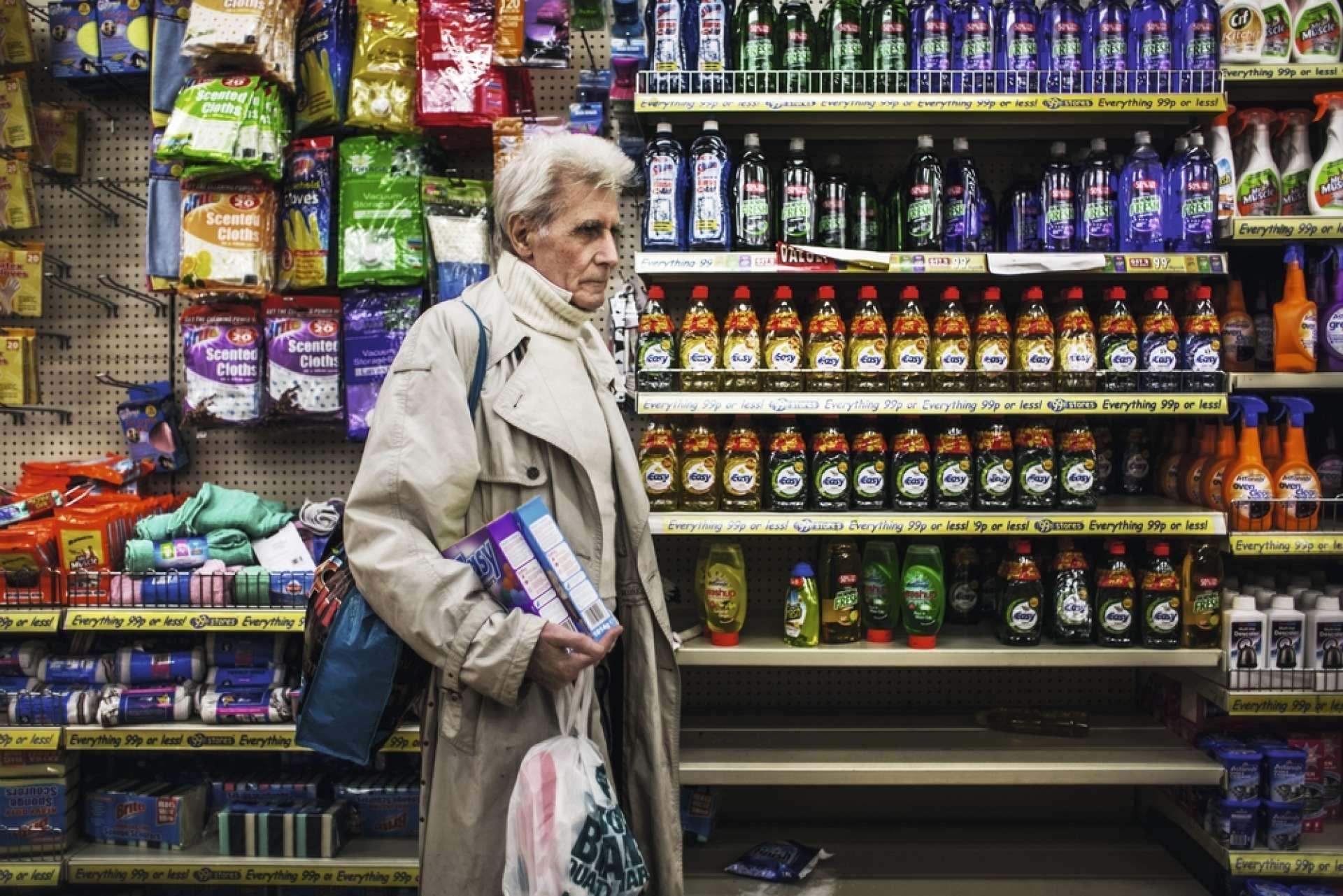 Le vieil homme de 73 ans dans un magasin bon marché en avril 2013.