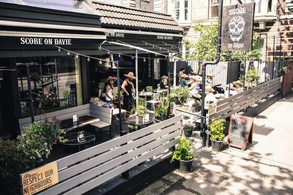 Le bar Score on Davie, dans le Davie Village à Vancouver.