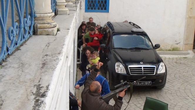 Des otages de l'attaque du Musée Bardo, à Tunis, sont évacués par les forces de l'ordre tunisiennes, le 18mars.