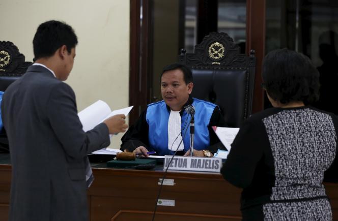 Un juge indonésien parle avec l'avocat de deux Australiens condamnés à mort, le 19 mars à Djakarta.