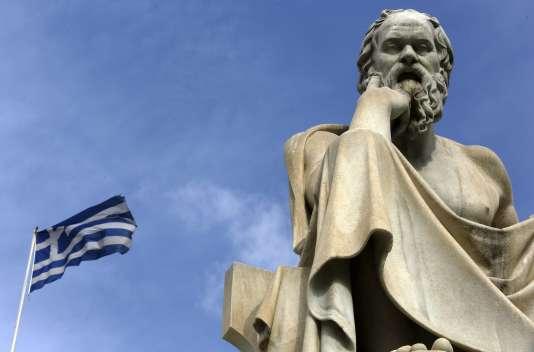 La statue de Socrate, père de la philosophie antique, à Athènes (Grèce)