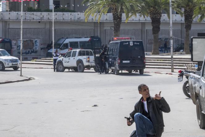 Des membres des forces de l'ordre encerclent le Musée Bardo, à Tunis, le 18 mars.