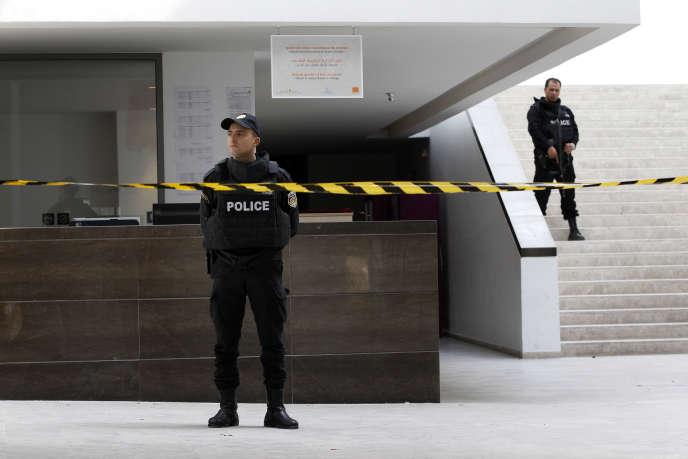 Un policier devant l'entrée du musée du Bardo, jeudi 19 mars, au lendemain de l'attaque qui a fait 23 morts, selon un bilan encore provisoire.