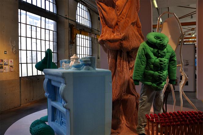 Veste doudoune d'où sortent des mains en guise de boutonnière, dite « Hug Me », par Si Chan (2012). Elle fait partie de l'exposition « Vous avez dit bizarre », codirigée parBart Hess et Alexandra Jaffré, qui explore une vision du grotesque. Au-delà des valeurs transmises comme la beauté ou le bon goût, le grotesque nous fait prendre conscience des vices de notre temps.