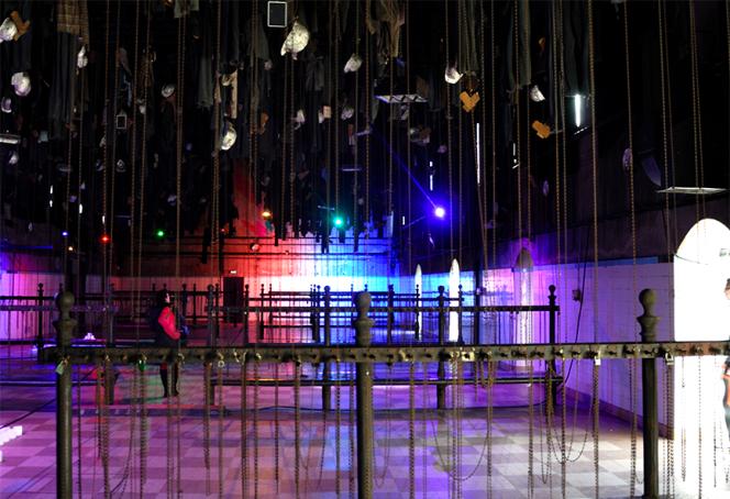 Salle des pendus dans le Musée de la Mine, installé dans les bâtiments du dernier puits stéphanois (fermé en 1973). Le designer néerlandais Dennis Parren y a fait une installation lumineuse à base de LED pour éclairer à sa manière le passé minier de la ville. Il utilise les couleurs pour faire apparaître la lumière, montrant ainsi que la couleur contient véritablement la lumière en son sein.