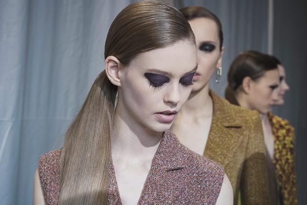 La couleur sur les paupières a pris de l'ampleur… Chez Dior, Chanel, Céline ou Maison Margiela, les ombres dévorent le regard, façon aplat de pigments.