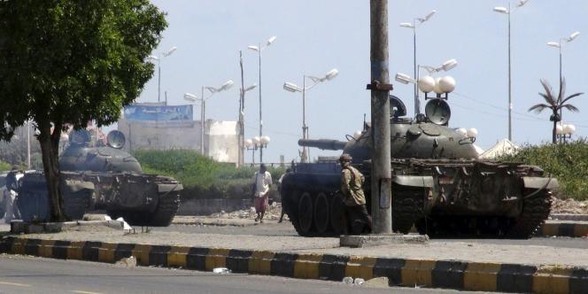 Des chars de l'armée dans les rues d'Aden, au Yémen, le19mars2015.