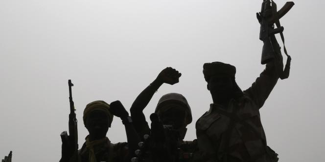 Des soldats tchadiens à l'approche de Gamboru, le 25 février. L'armée tchadienne avait escorté les habitants ayant fui la ville jusqu'à leurs maisons, puis vidé les lieux.