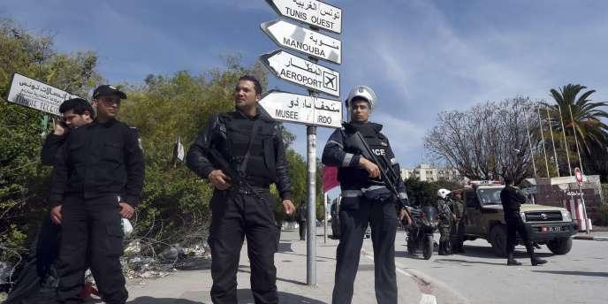 Les forces de sécurité tunisiennes déployées après l'attaque contre le Musée du Bardo, à Tunis.