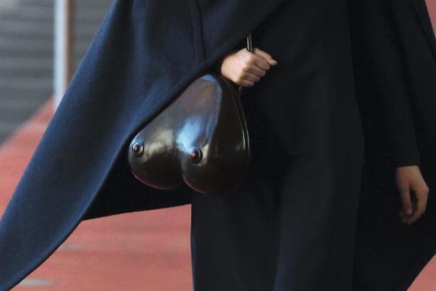 Quelques jours après l'annonce d'une collection capsule pour l'hiver chez Uniqlo, Christophe Lemaire présentait son vestiaire automne-hiver 2015-16. Sobre, épuré, aux tons neutres. A une exception près: les sacs en cuir lustré en forme de seins. Tétons pointés de rigueur, c'est l'hiver.
