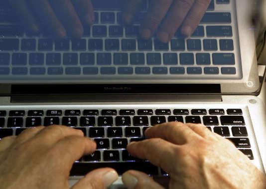 Plusieurs comparateurs et courtiers d'assurances permettent de comparer les offres de mutuelles en ligne