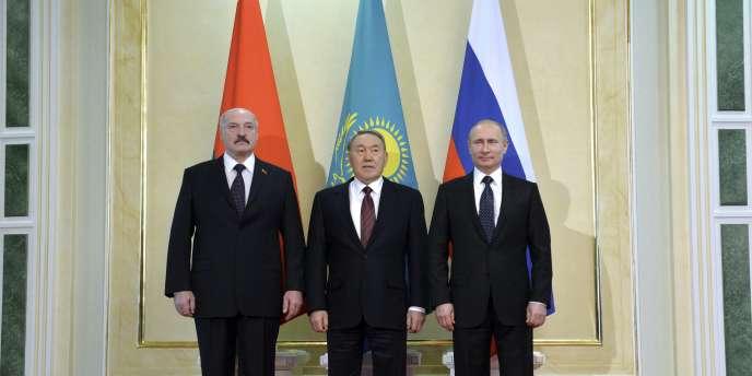 De gauche à droite, les présidents biélorusse, Alexandre Loukachenko, kazakh, Noursoulton Nazarbaïev, et russe, Vladimir Poutine, le 20 mars, lors d'un sommet tripartite à Astana, la capitale kazakhe.