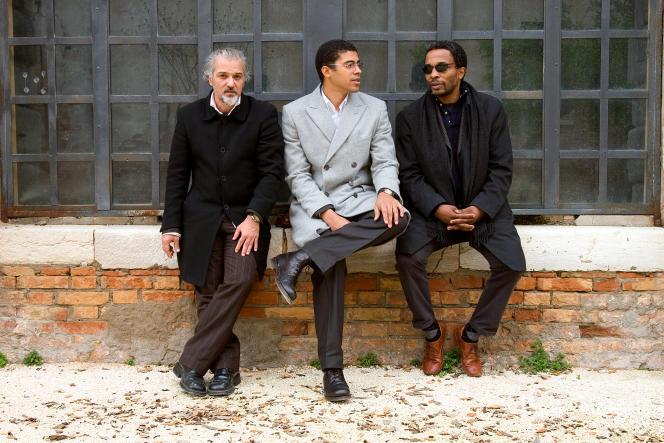 L'artiste Fernando Alvim, Sindika Dokolo et le commissaire Simon Njami.