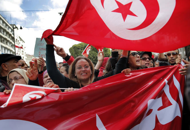 Des Tunisiens manifestent contre le terrorisme, le 20 mars 2015