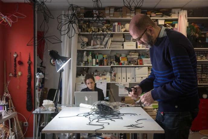 Andreas Kanellopoulos, autoentrepreneur, brodeur d'art, dans l'atelier qu'il partage à  Pantin (Seine-Saint-Denis).