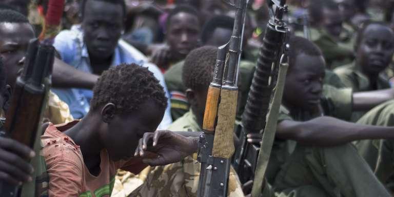 Désarmement d'enfants soldats dans la région du Pibor, au Soudan du Sud, le 10 février 2016.