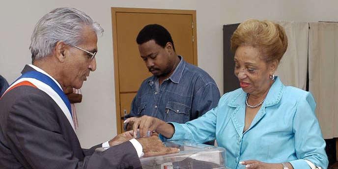 Lucette Michaux-Chevry dépose son bulletin dans une urne, le 28 mars 2004 dans un bureau de vote de Basse-Terre en Guadeloupe.