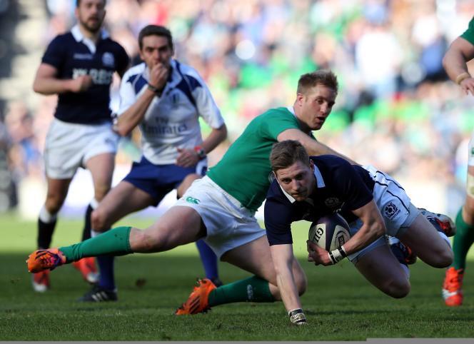 L'Ecossais Finn Russell échappe au plaquage de l'Irlandais Luke Fitzgerald.