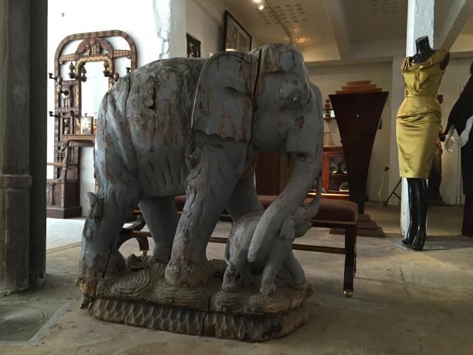 Chez Mademoiselle Steinitz, cette sculpture indienne du début du XXe siècle est taillée dans une seule pièce de bois, sans rajout.