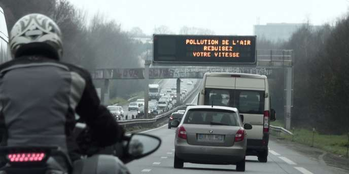 « Les mesures politiques font peser principalement l'ajustement sur le consommateur. Ces dispositifs négligent la question centrale de l'offre de véhicules et son impact sur le choix des consommateurs» (Photo: le périphérique parisien lors de l'épisode de pollution, en mars 2015).
