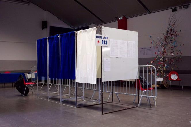 Isoloirs dans un bureau de vote à Lille, en mars 2016.