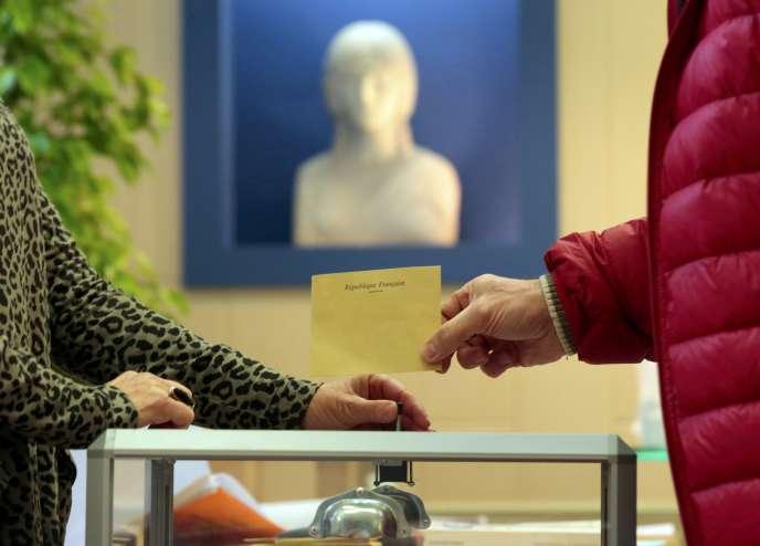 Un bureau de vote niçois le 22 mars 2015.