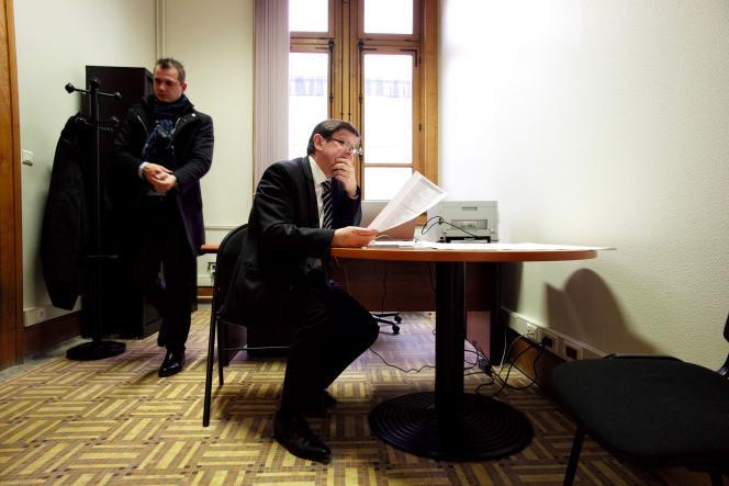 A la mairie de Lille, le ministre et candidat Patrick Kanner attend seul les résultats, dimanche 22 mars.