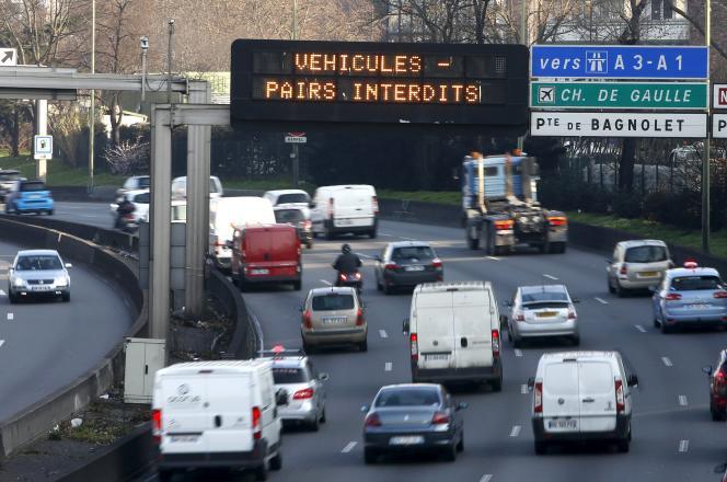 Un panneau d'affichage visant à réduire les bouchons à Paris, en Ile-de-France, le23mars 2015.