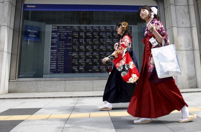 Deux femmes dans les rues de Tokyo, le 23 mars 2015.