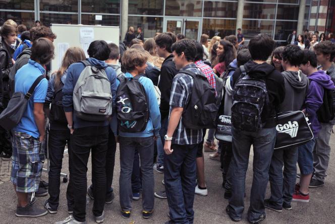 D'après le rapport de l'OCDE, 95000 adolescents se situent, à l'approche du terme de la scolarité obligatoire, sous le « niveau 2 » en mathématiques, en sciences et en compréhension de l'écrit.