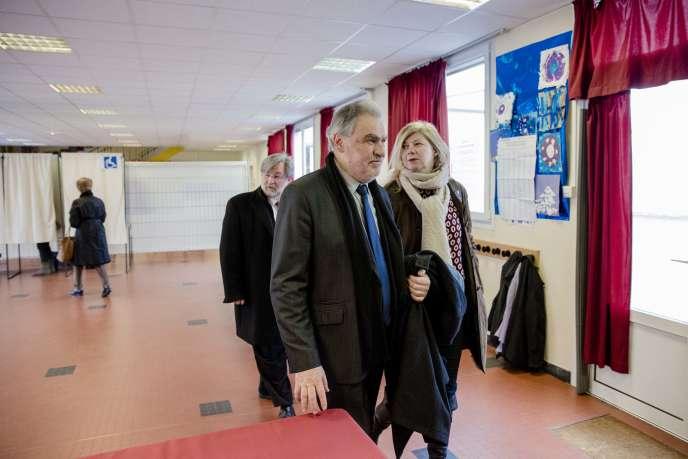 Christian Favier, avec sa colistière Jeannick Le Lagadec, à Champigny-sur-Marne, le 22 mars. Derrière eux, le maire communiste de la ville, Dominique Adenot.