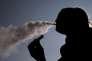 Les utilisateurs de cigarettes électroniques estiment que la directive européenne sur les produits du tabac vise à mettre à mal la e-cigarette