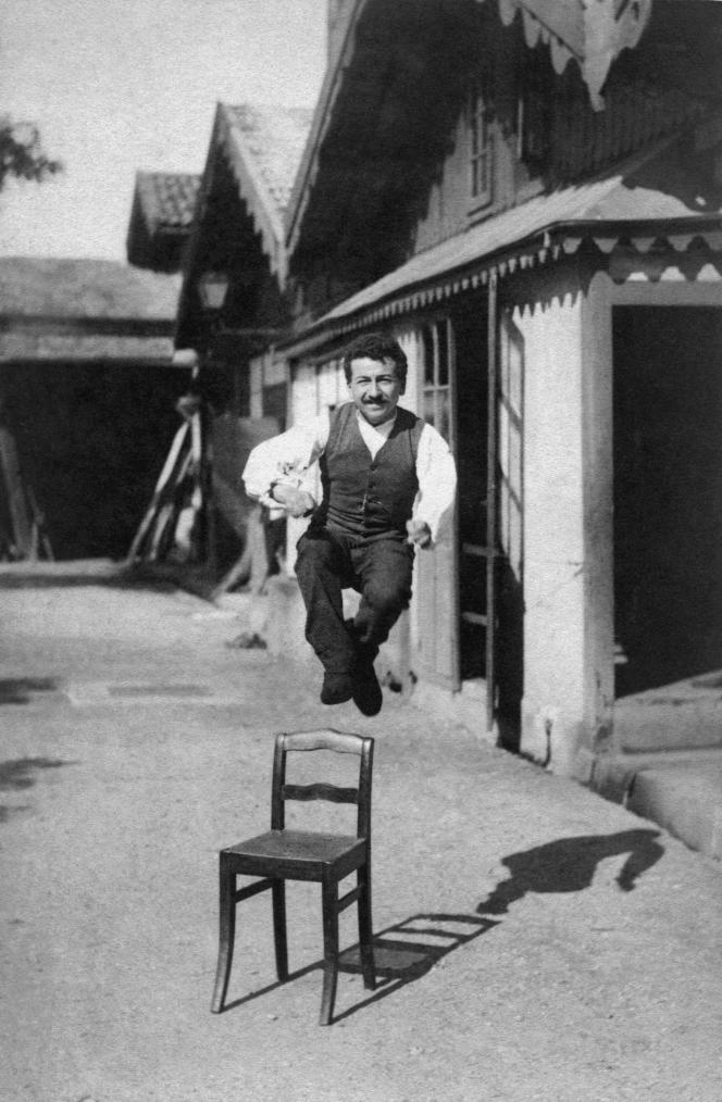 Auguste Lumière photographié par son frère Louis vers 1888 : démonstration de l'instantané photographique sur plaque Etiquette bleue.