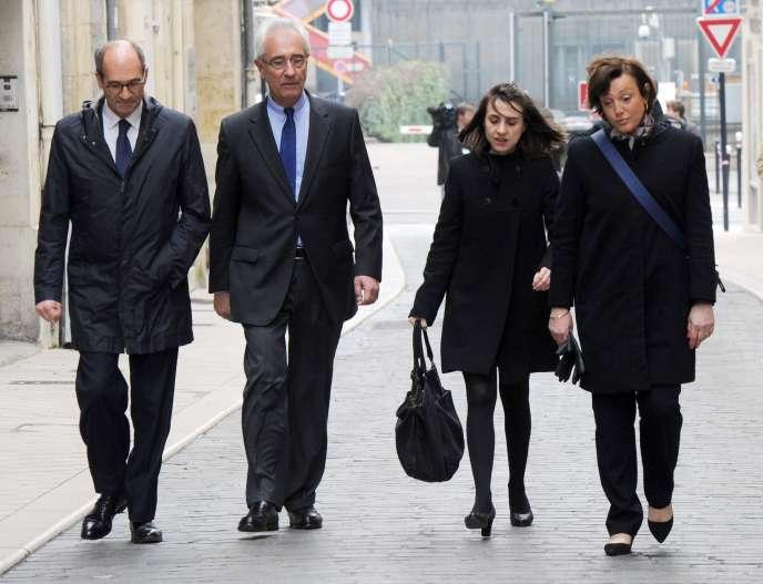 Eric Woerth, son avocat Jean-Yves Le Borgne et Florence Woerth (à droite) à la sortie du tribunal, à Bordeaux le 24 mars.