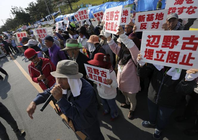 Des manifestants devant Camp Schwab, où doit être relocalisée la base américaine de Futenma.