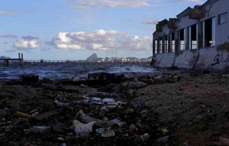 De la baie, on peut voir le célèbre Pain de Sucre. Moins de la moitié des eaux usées de la ville sont retraitées dans des stations d'épuration. Le reste est rejeté dans la baie de Guanabara ou dans la mer. La ville s'était engagée à faire disparaître la pollution, puis à la réduire de 80 %. En 2014, elle a reconnu que la dépollution de la baie ne serait pas menée à bien d'ici les Jeux. Avec les investissements actuels, il faudrait plus de dix ans pour que le niveau de pollution baisse significativement, avait dit le ministre de l'environnement de l'Etat de Rio en réclamant plus d'argent au gouvernement.