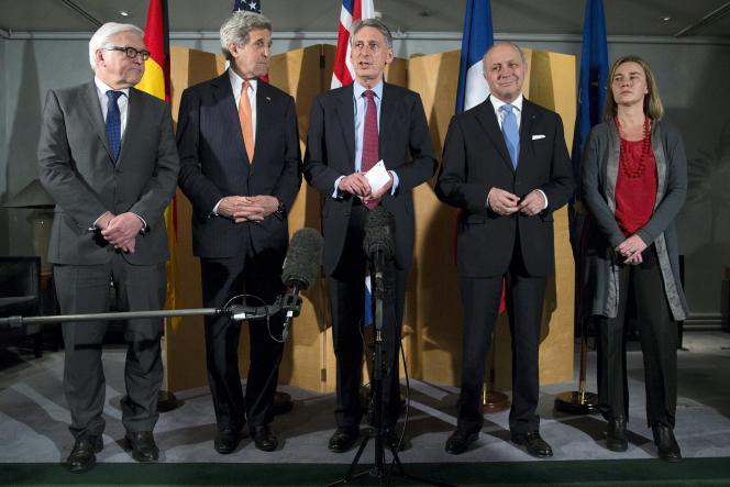Le ministre britannique des affaires étrangères, Philip Hammond, entouré de ses homologues allemand, américain, français, et de la chef de la diplomatie européenne, Federica Mogherini, samedi 21mars, à Londres.