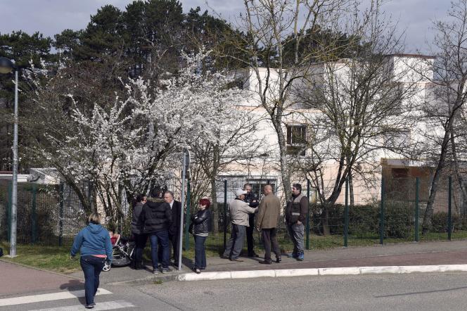 Devant l'école du Mas-de-la-Raz, à Villefontaine (Isère),  mardi 24 mars.