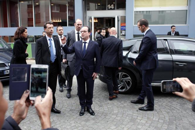 François Hollande devant le siège de la Ligue contre le cancer, mardi 24 mars à Paris.