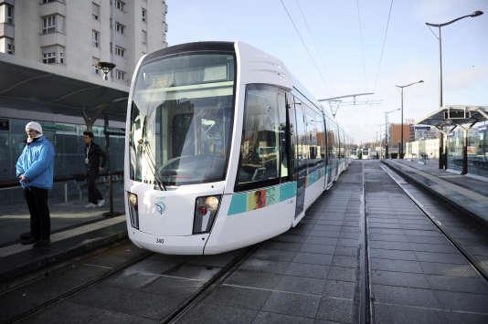 Tramway reliant la porte de Vincennes et la Porte de la Chapelle. L'allègement de l'empreinte écologique de l'Ile-de-France est en grande partie du à l'essor des transports en commun et des transports doux. AFP PHOTO LIONEL BONAVENTURE