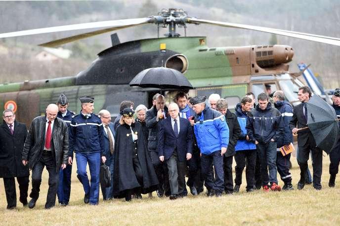 Le ministre de l'intérieur, Bernard Cazeneuve, à son arrivée au poste opérationnel de commandement à Seyne-les-Alpes, dans les Alpes-de-Haute-Provence, mardi 24 mars 2015.