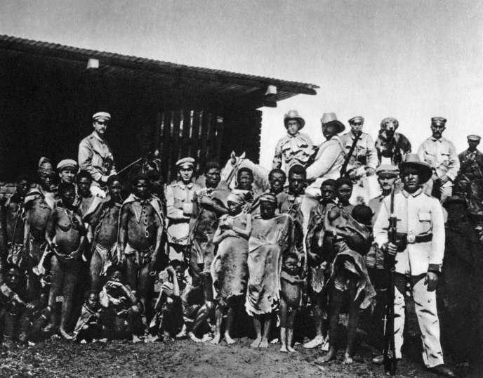 Soldats allemands et leurs prisonniers hereros, vers 1904.