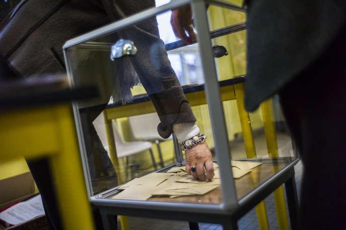 Ouverture des urnes dans un des bureaux de vote de Carpentras (Vaucluse), le 22 mars, premier tour des départementales.