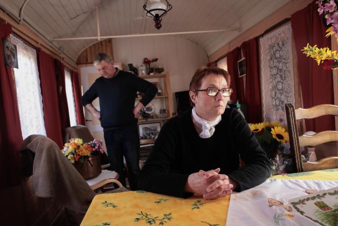 A Montigny-sous-Marle (Aisne), Marie-Jeanne Parfait et son mari Jacques vivent dans deux anciens wagons de chemins de fer aménagés.