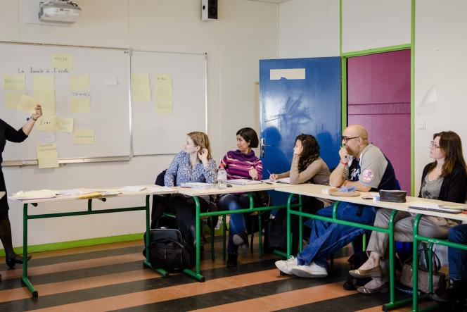 Des enseignants contractuels lors d'une formation sur la laïcité à l'école, le 18 mars au collège Gustave-Courbet de Romainville (Seine-Saint-Denis).