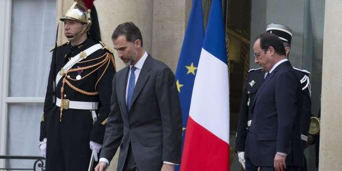 Le roi d'Espagne, Felipe VI, et le président français, François Hollande, le 24 mars à l'Elysée. Les deux dirigeants se sont entretenus pendant une heure et demie après l'annonce du crash d'un Airbus A320 reliant Barcelone à Düsseldorf.